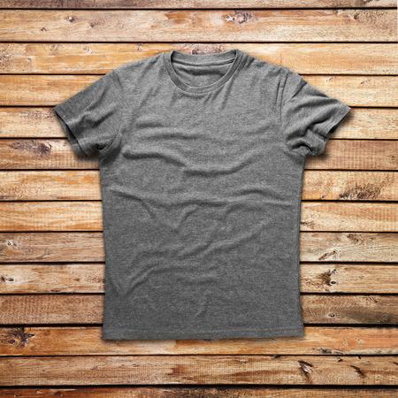 camisas: Camisa gris sobre fondo de madera