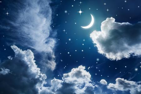 Noční obloha s hvězdami a měsíc