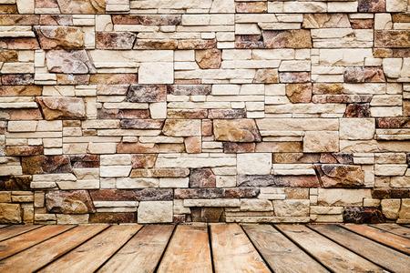 Stanza interni d'epoca con muro di mattoni e pavimento in legno sfondo Archivio Fotografico - 37732582