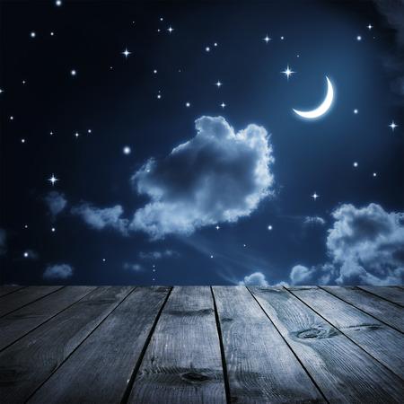 Cielo notturno con le stelle e la luna, tavole di legno Archivio Fotografico - 38181033