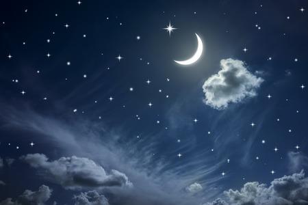 Nachtelijke hemel met sterren en de maan