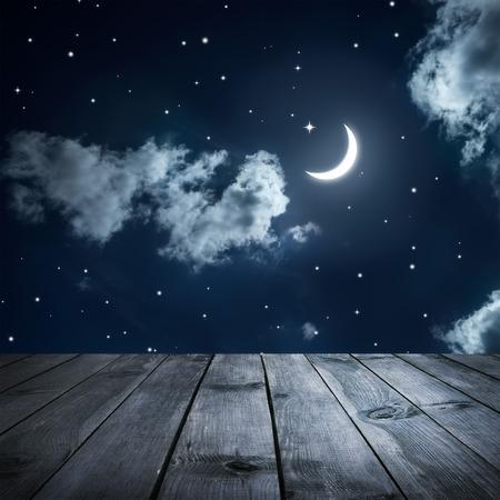 noche y luna: Cielo nocturno con las estrellas y la luna, tablas de madera