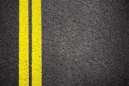 amarillo y negro: El asfalto de textura de fondo con la línea blanca