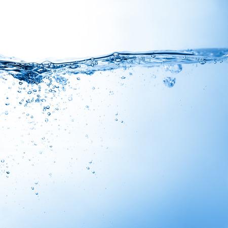 agua: Agua y burbujas de aire sobre fondo blanco con espacio para el texto