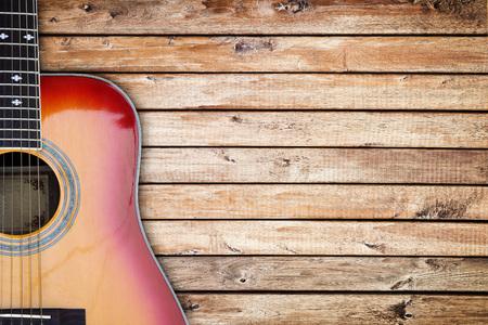 madera rústica: Guitarra sobre un fondo de madera rústica