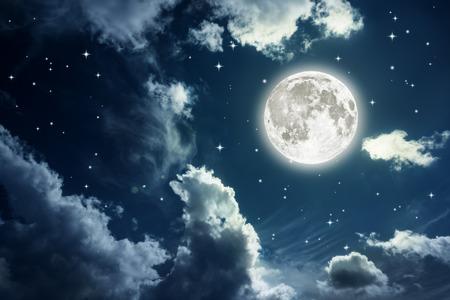 noche y luna: Cielo nocturno con las estrellas y la luna llena de fondo. Los elementos de esta imagen proporcionada