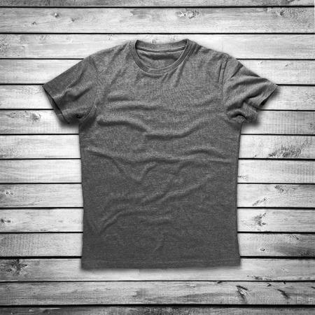 Grijs shirt over houten achtergrond Stockfoto