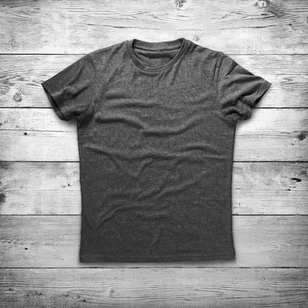 camiseta: Camisa gris sobre fondo de madera