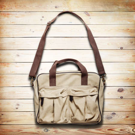 tienda de ropa: bolsa de papel de la vendimia sobre fondo de madera