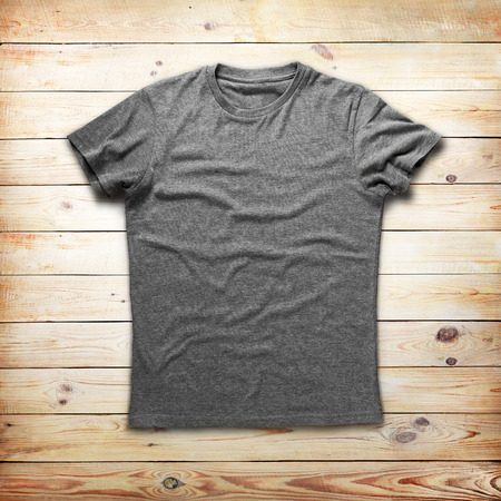 t-shirt: Camisa gris sobre fondo de madera