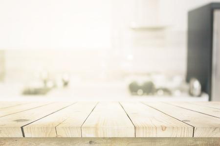 Houten tafel over blured keuken interieur achtergrond