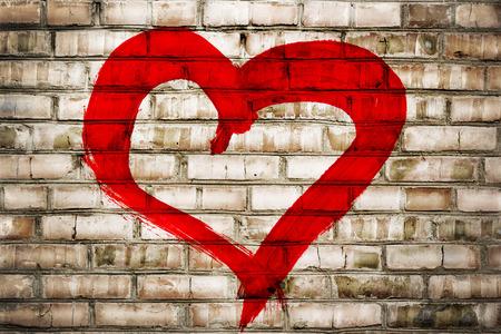 Hart vorm liefde symbool geschilderd op oude bakstenen muur achtergrond