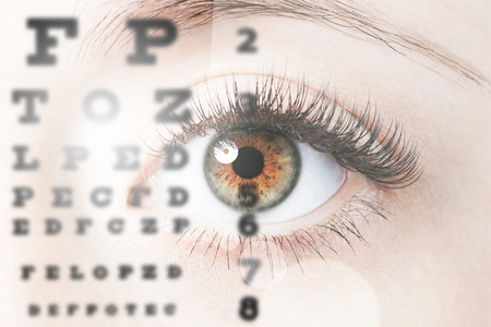 Sluit omhoog beeld van menselijk oog door ooggrafiek Stockfoto