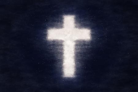 Kreuzform glänzt im dunklen Nachtholkenhimmel. Christlicher konzeptueller Bildhintergrund