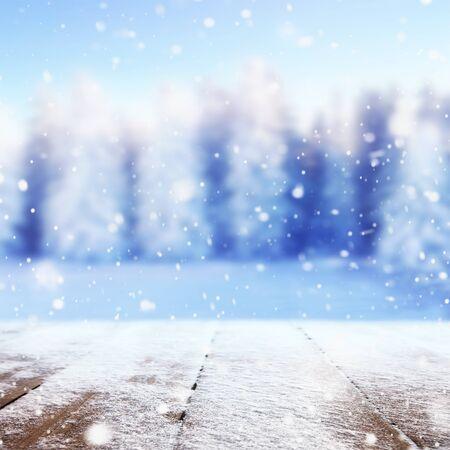 Bosque cubierto de nieve de invierno detrás de la mesa de madera