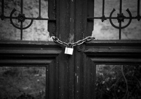 no pase: Broken Frame puerta con candado