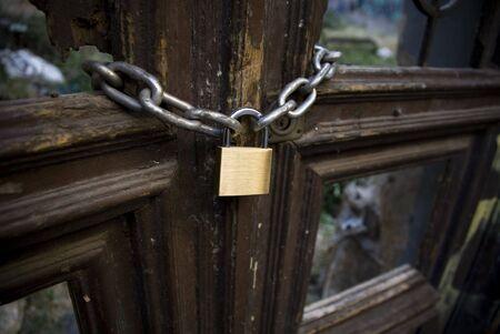 no pase: Encadenados y marco puerta cerrada  Foto de archivo