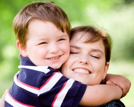 mama e hijo: Retrato de primavera de la madre y el hijo en el d�a de la madre.  Foto de archivo