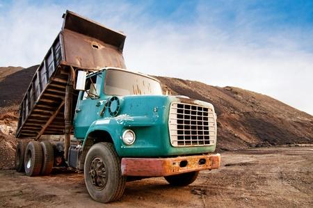 camion volquete: Antiguo cami�n volcado en el sitio de excavaci�n Foto de archivo
