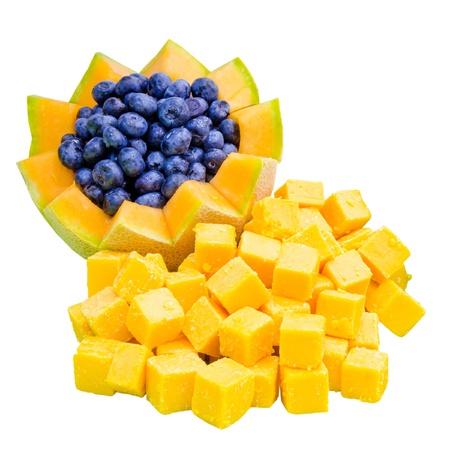 Kaas en fruit voorgerecht voor bruiloft buffet met cheddar kaas blokjes, bosbessen en meloen Stockfoto