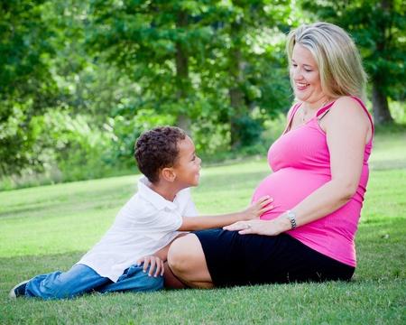 interracial: Portr�t von gemischter Rasse Mutter und Sohn im Freien mit schwangeren Frau und Mutter