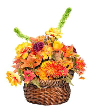 arreglo floral: Arreglo de flores de seda de color de caída en cesta aislado en blanco Foto de archivo
