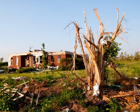 Tornado-beschadigde land en huis in het noorden van Alabama een maand na storm. Stockfoto