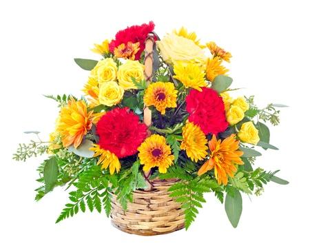 arreglo floral: Arreglo floral con claveles y margaritas de colores caen en la cesta