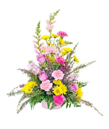 arreglo floral: Colorido central fresco arreglo floral de margaritas, claveles, rosas y dragones aislado en blanco