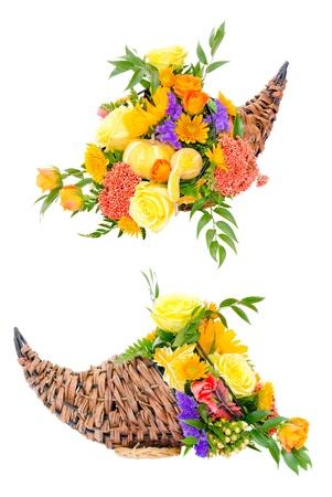 cuerno de la abundancia: Acción de Gracias arreglo de flores en la cesta de cuerno de la abundancia aislado en blanco