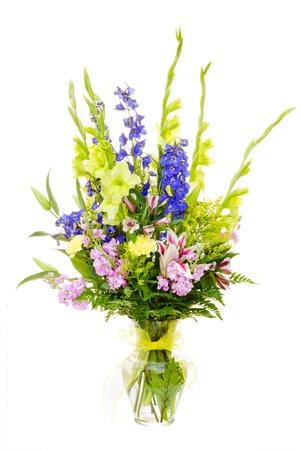 arreglo floral: Arreglo de flores de gran colorido con el gladiolo, lirio, clavel, rosa, espuela de caballero aislado en blanco