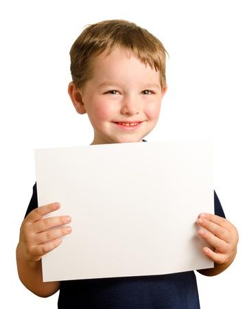 ni�o parado: Lindo ni�o preescolar feliz celebraci�n del inicio de sesi�n en blanco con espacio para la copia aislado en blanco Foto de archivo