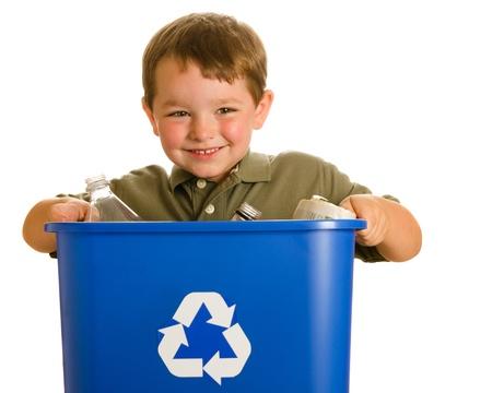 niños reciclando: Reciclaje de concepto con el contenedor de reciclaje joven niño que lleva aislado en blanco