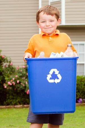 ni�os reciclando: Reciclaje de concepto con el ni�o lleva papelera de reciclaje a la acera en su casa