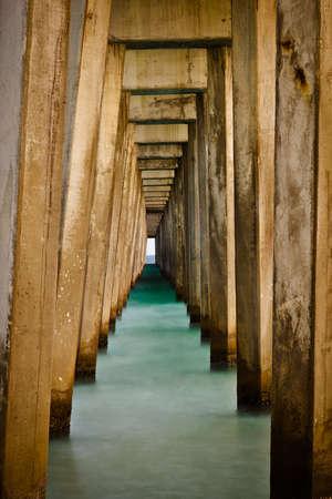 panama city beach: Linee astratte sotto molo a Panama City Beach, Florida Archivio Fotografico