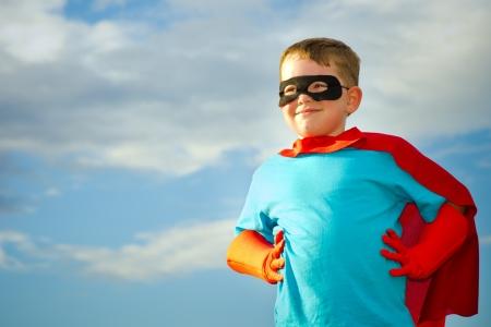 Child doen alsof ze een superheld te zijn Stockfoto