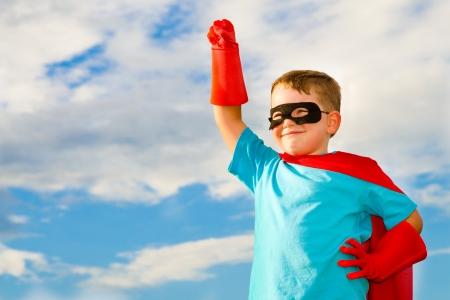 Kind doet alsof hij een superheld te zijn Stockfoto