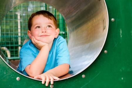 bambini pensierosi: Carino bambino giovane o bambino che gioca in galleria sul campo da giuoco