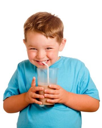 Gelukkig glimlachend kind het drinken chocolade melk op wit wordt geïsoleerd Stockfoto