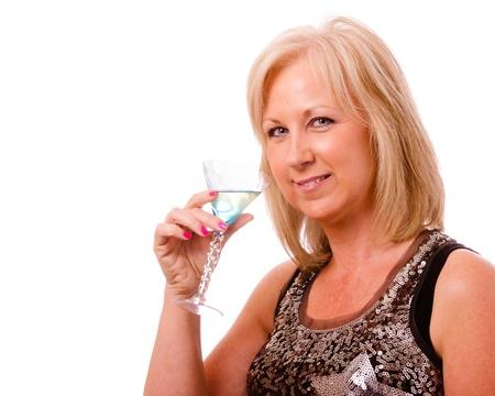 かなり中年の女性は町でカクテルとパーティーや夜の服を着て彼女の 40 代の肖像画 写真素材