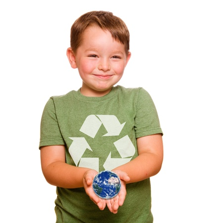 niños reciclando: Reciclaje de concepto con el niño que tiene el planeta Tierra en la palma de sus manos, con los elementos de esta imagen proporcionada por la NASA Foto de archivo