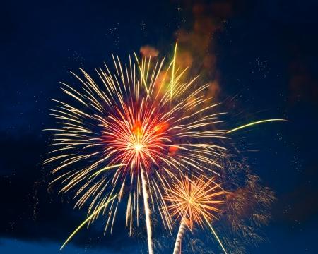 dia y noche: los fuegos artificiales de varios colores sobre el cielo la noche Foto de archivo