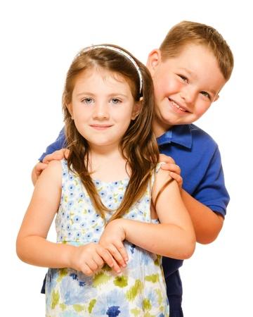 Portret van twee gelukkige kinderen op wit wordt geïsoleerd Stockfoto