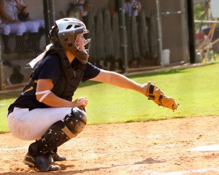 조직 게임에서 어린 십대 소녀 재생 소프트볼