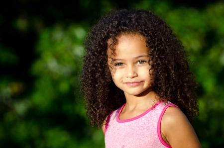 Outdoor portret van mooie gemengd ras Afro-Amerikaans meisje