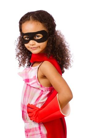 Portret van mooie gemengd ras Afrikaans Amerikaans meisje doet alsof hij een super held te zijn