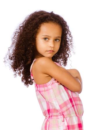 little models: Retrato de la bella afroamericana ni�o de raza mixta sobre fondo blanco