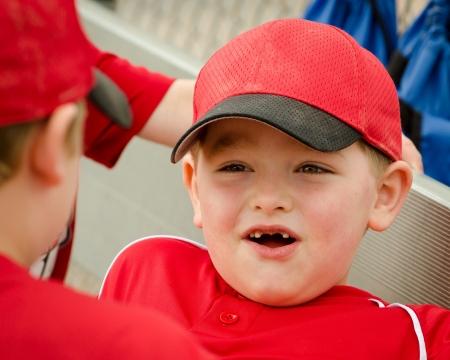 baseball dugout: Retrato de ni�o feliz en el dugout antes del juego de b�isbol