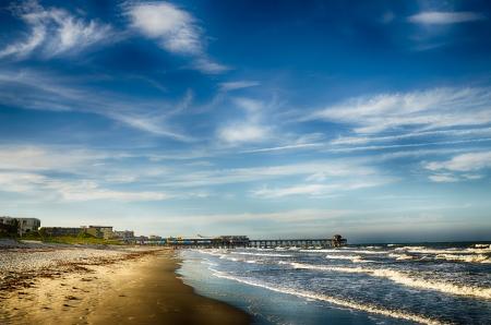 Historische vissteiger en strand scene in Cocoa Beach, Florida