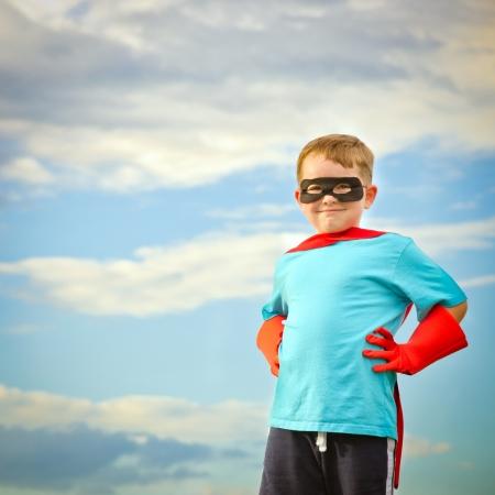 Kind doet alsof hij een superheld met een kopie ruimte Stockfoto